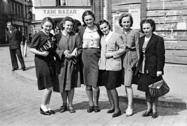 Zielona Góra, 1946, kobiety przed sklepem Tani Bazar Stanisława Grzybowskiego
