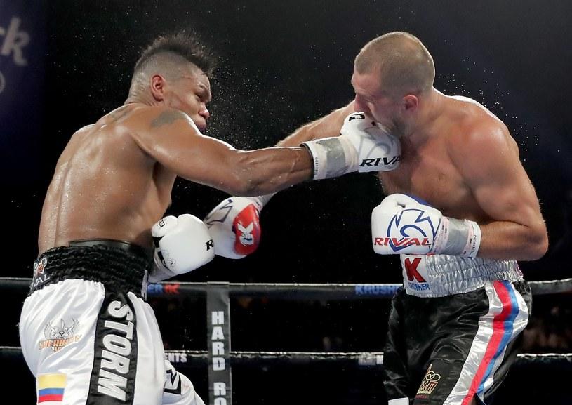 Eleider Alvarez (z lewej) znokautował Siergieja Kowaliowa /AFP