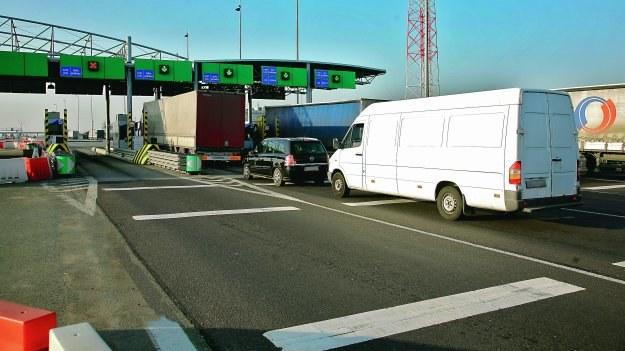 Elektroniczne opłaty za przejazd mogłyby usprawnić ruch na autostradach. /Motor