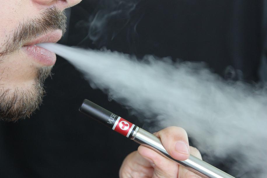 Elektroniczne papierosy to wciąż względnie nowy wynalazek i nauka nie nadąża z monitorowaniem skutków ich używania /pixabay.com /