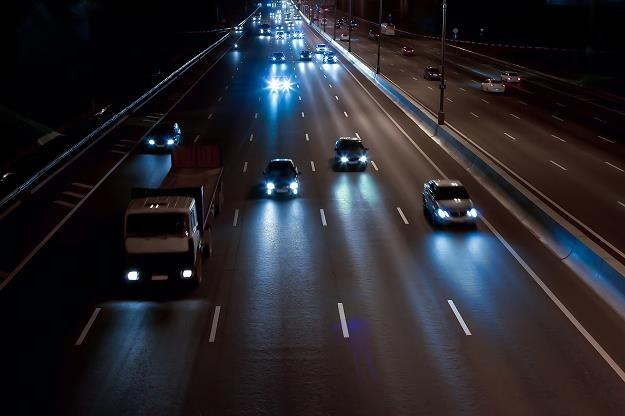 Elektroniczne urządzenia pomogą w utrzymaniu auta w pasie ruchu i zapobiegną zajechaniu drogi /©123RF/PICSEL