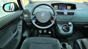 Elektroniczne zegary umieszczone są centralnie - w innych modelach (C4, C5) Citroen odchodzi od tego rozwiązania. /Motor