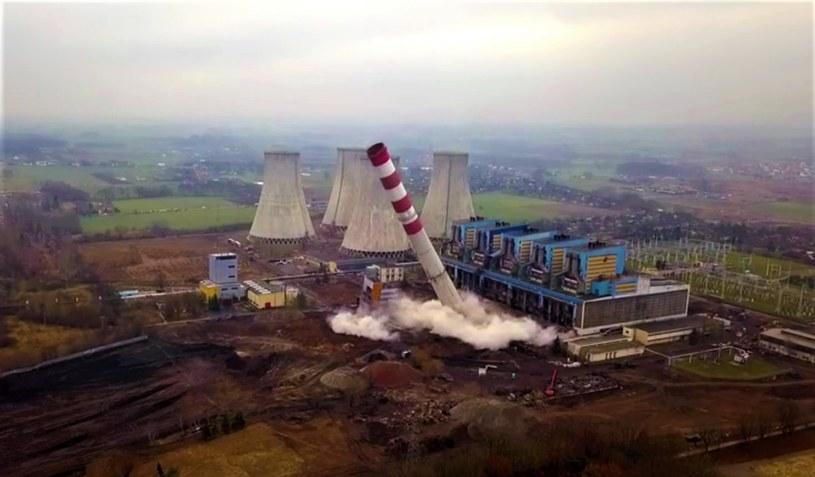 Elektrownia Adamów - wyburzanie komina. Fot. YouTube Wiesław Karbowy /&nbsp