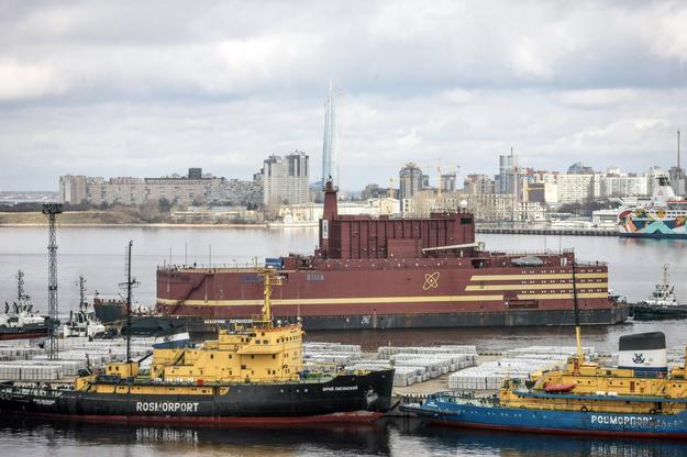 """Elektrownia atomowa """"Akademik Łomonosow"""" jest holowana przez Bałtyk do Murmańska /PAP/EPA"""