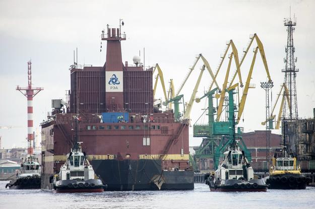 """Elektrownia atomowa """"Akademik Łomonosow"""" jest holowana przez Bałtyk do Murmańska /NIKOLAI GONTAR/GREENPEACE / HANDOUT /PAP/EPA"""