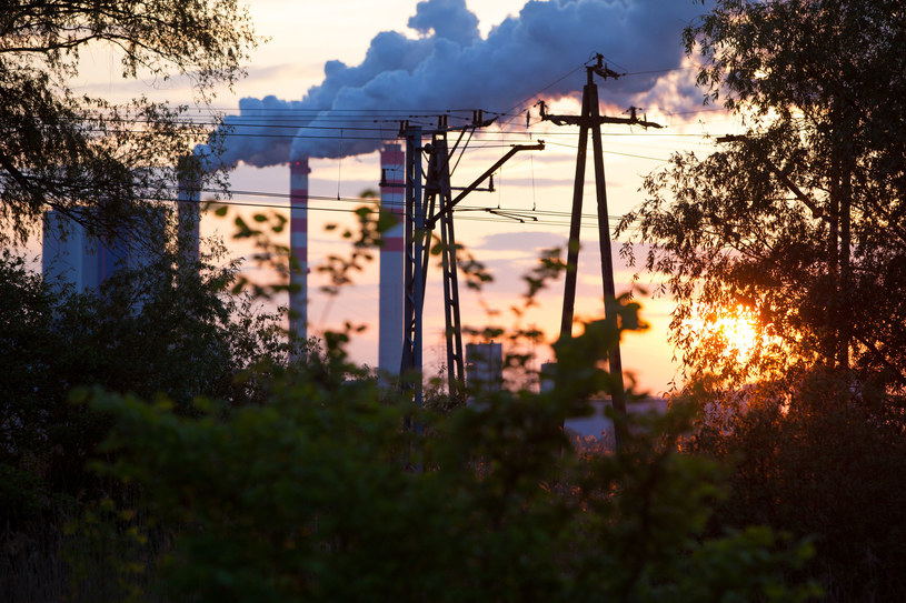 Elektrownie poradziły sobie z emisjami CO2 /123RF/PICSEL