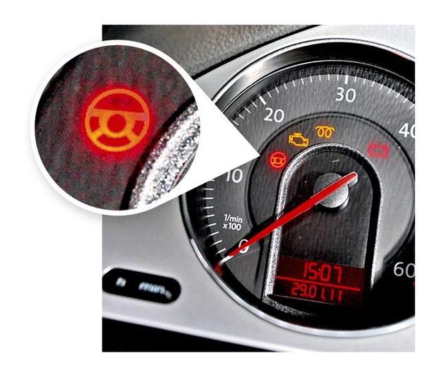 """Elektryczna blokada kierownicy to wynalazek z piekła rodem: może bowiem w razie awarii zablokować w ogóle ruch kierownicą. Komunikat """"STEERING COLUMN MALFUNCTION"""" oznacza, że musimy udać się do serwisu. Żółta kontrolka pozwoli nam to zrobić na kołach, czerwona zmusi do przewozu auta na lawecie. Niestety, w serwisie kolumnę wymienia się w całości, ponieważ producent integruje części w większe zespoły. Co ciekawe, w internecie można znaleźć szczegółowe poradniki, jak samemu naprawić uszkodzoną płytkę sterującą blokady, odpowiedzialną najczęściej za awarię. Tyle że to proces skomplikowany i nie radzimy nikomu, kto nie ma doświadczenia, ingerować w układ kierowniczy pojazdu. /Auto Moto"""