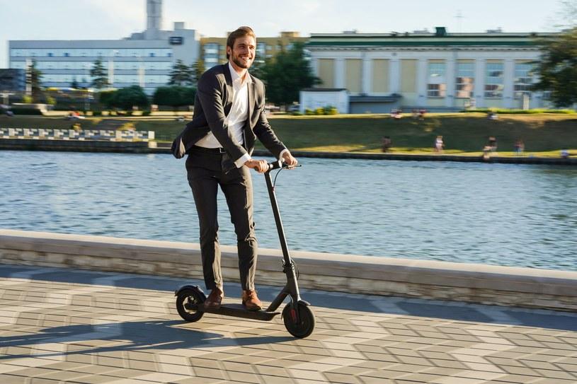 Elektryczna hulajnoga jest świetnym prezentem dla mieszkańców miast, którzy nie lubią stać w korkach /123RF/PICSEL