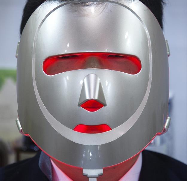 Elektryczna maska kosmetyczna prezentowana na targach Cosmoprof /EPA