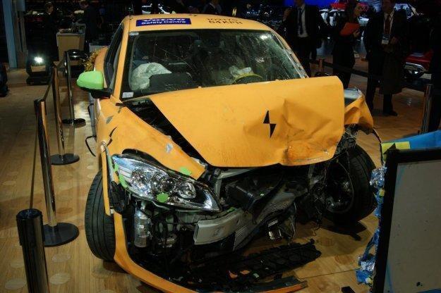 Elektryczne auto po teście zderzeniowym /