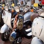 Elektryczne skutery - taksówki na ulicach Amsterdamu