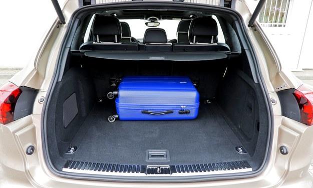 Elektrycznie unoszona pokrywa kryje szlachetnie wykończony bagażnik o pojemności 670 l i bardzo regularnym kształcie. /Motor