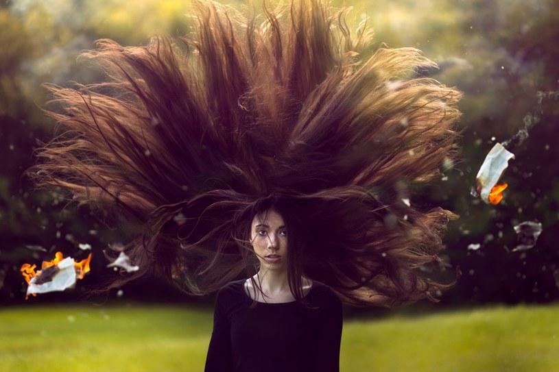 elektryzujące się włosy /© Photogenica