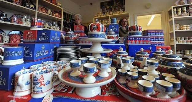 Elementy ceramiki z kolekcji jubileuszowej przygotowanej przez firmę Emma Bridgewater /AFP
