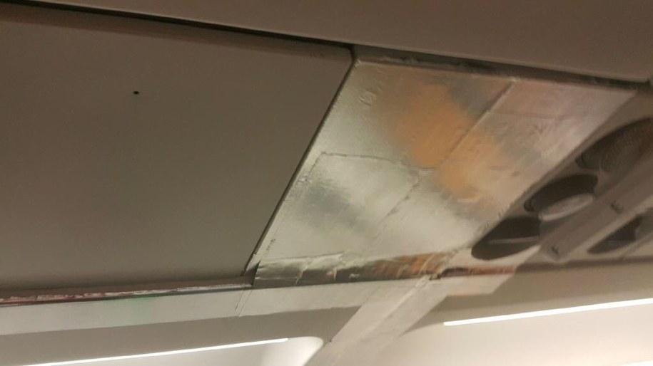 Elementy wyposażenia pokładu poklejone szarą taśmą /Turyści czekający na lot w Burgas /Gorąca Linia RMF FM