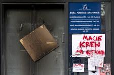 Elewacja podalaskiej siedziby PiS zajęła się od zniczy zostawionych w ramach protestu