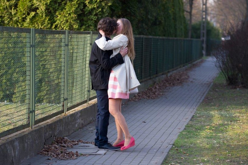 Eliza i Jarek uciekają z balu. /TVN