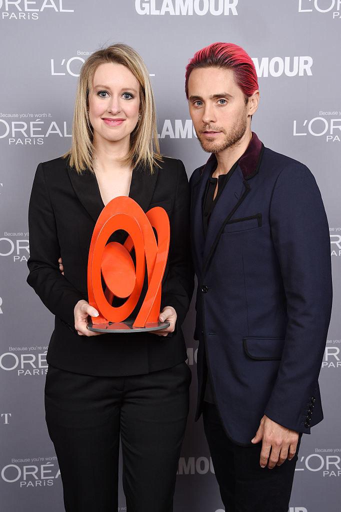 """Elizabeth Holmes z nagrodą """"Kobieta Roku"""", ktorą wręczył jej aktor i muzyk Jared Leto (2015) /Dimitrios Kambouris /Getty Images"""