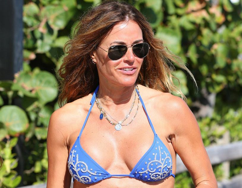 Elizabeth Hurley lubi prezentować swoje wdzięki w bikini /East News