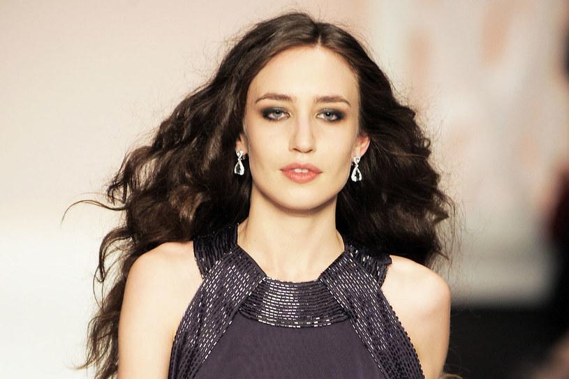 Elizabeth na wybiegu podczas pokazu mody /Getty Images/Flash Press Media