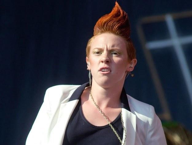 Elly Jackson (La Royux) gustuje w męskiej odzieży fot. Ian Gavan /Getty Images/Flash Press Media