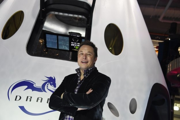 Elon Musk na tle kapsuły kosmicznej Dragon /AFP