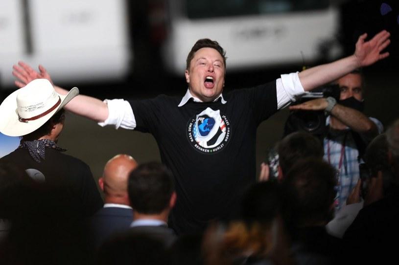 Elon Musk tuż po udanym starcie rakiety Falcon 9 /AFP