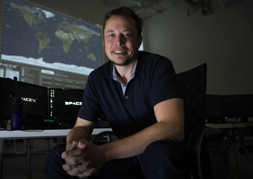 Elon Musk w siedzibie swojej firmy /East News