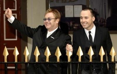 Elton John i David Furnish przed wejściem do urzędu w Windsorze /AFP