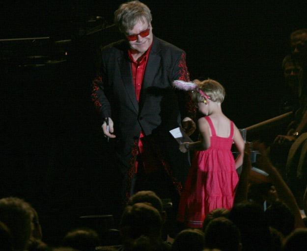 Elton John i jego mała fanka w Łodzi - fot. Prestige MJM /