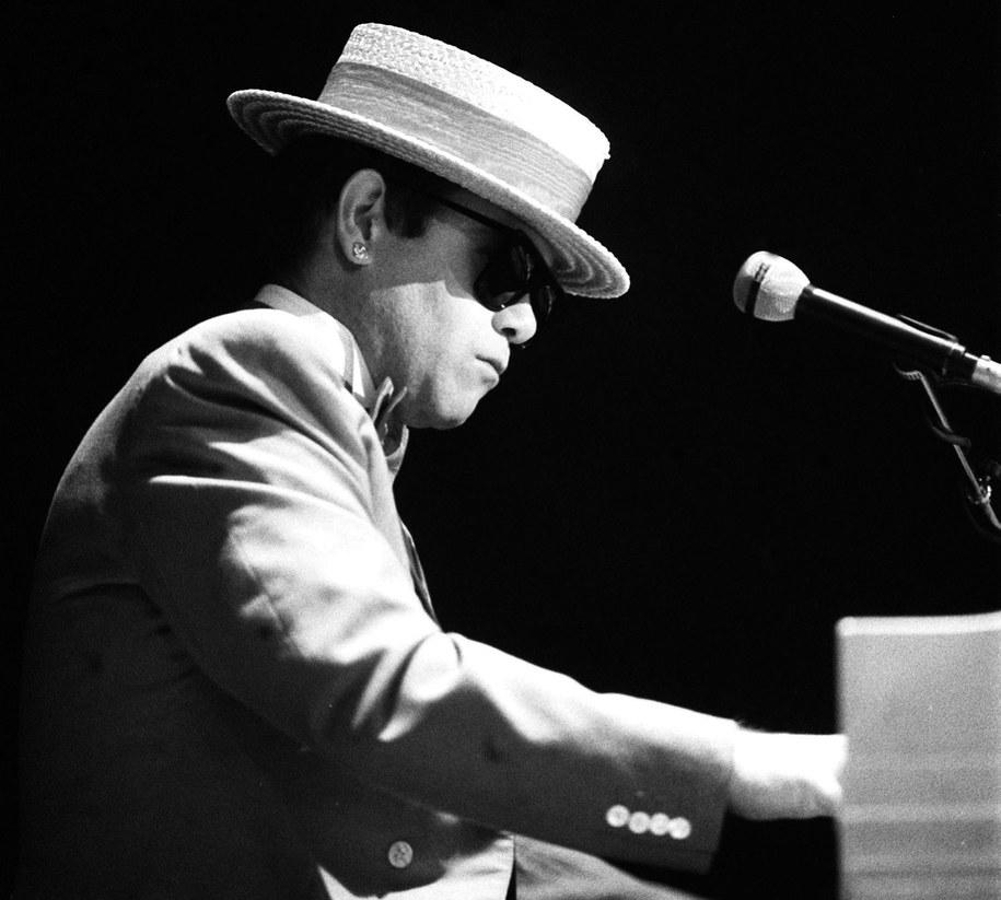 Elton John w charakterystycznym kapeluszu /CAF/reprodukcja    /PAP