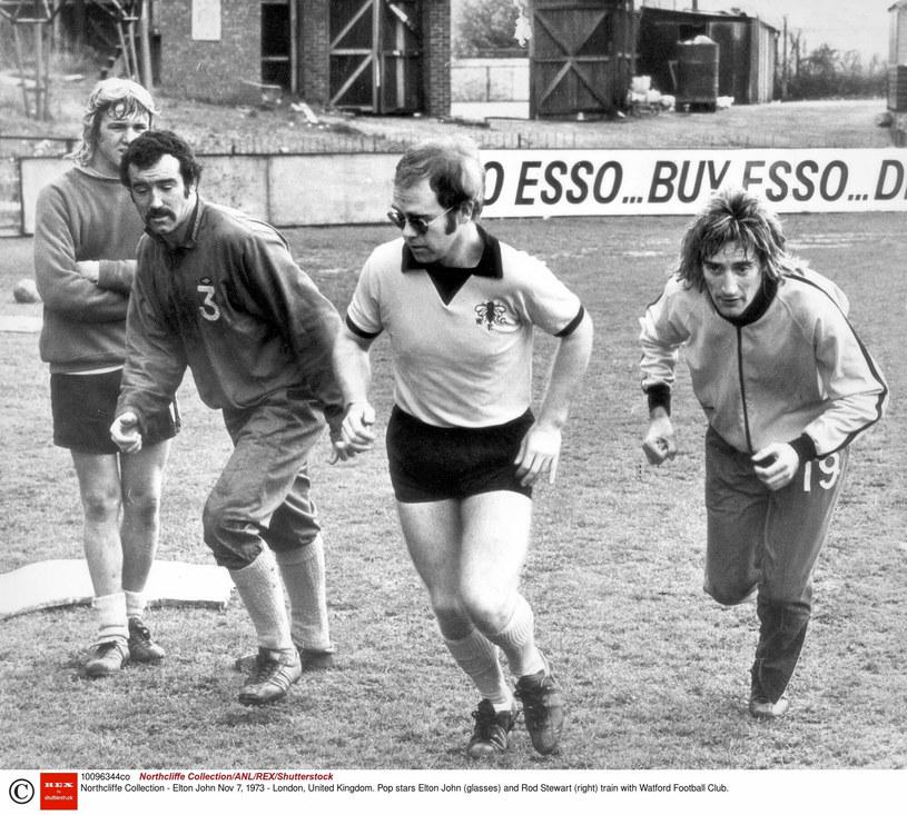 Elton John (w środku, w jasnej koszulce) oraz Rod Stewart (po prawej) w trakcie treningu Watfordu /Rex Features/EAST NEWS /East News