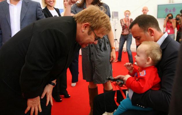 Elton John z małą Lev i swoim partnerem, Davidem Furnishem  /Splashnews