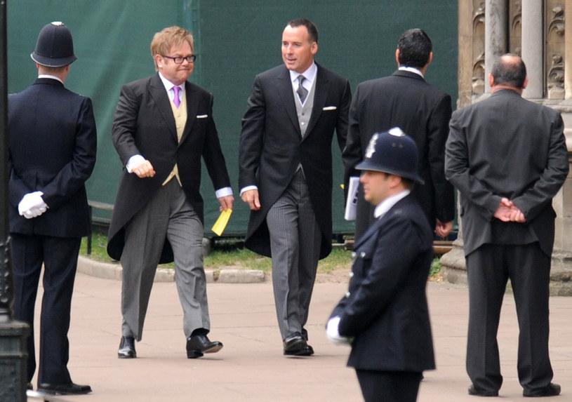 Elton John ze swoim partnerem  /AFP