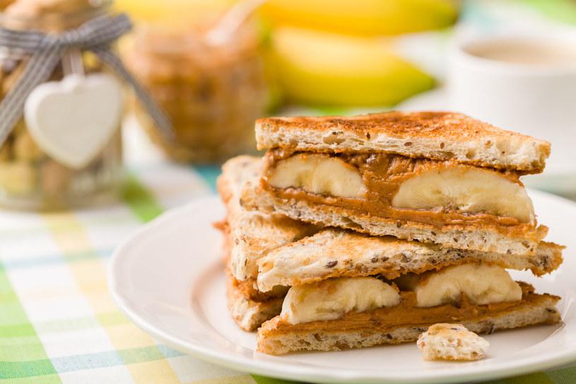 Elvis Presley uwielbiał kanapki z masłem orzechowym i bananami /123RF/PICSEL