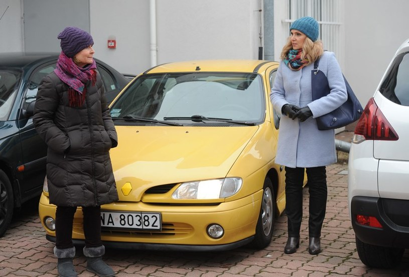 Elżbieta (Barbara Bursztynowicz) przez przypadek natknie się na Alinę (Sylwia Wysocka) /Agencja W. Impact