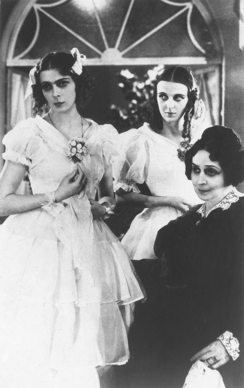 """Elżbieta Barszczewska (C) w 1936 roku w """"Ślubach panieńskich"""" na deskach Teatru Narodowego w Warszawie /Laski Diffusion /East News"""
