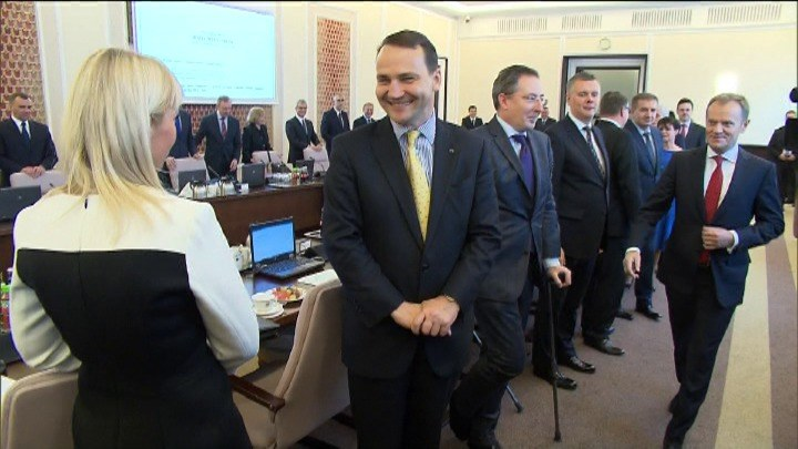 Elżbieta Bieńkowska wstydzi się kamer? /TVN24/x-news