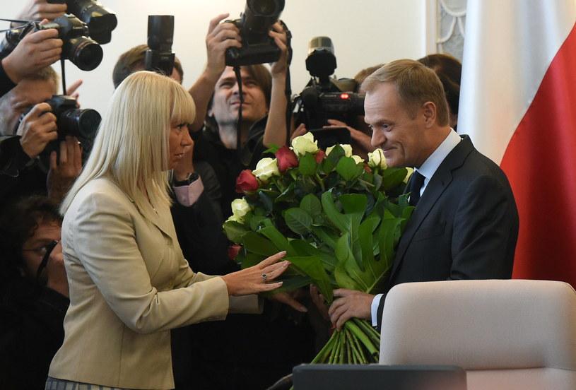 Elżbieta Bieńkowska (z lewej) z premierem Donaldem Tuskiem (z prawej) /Radek Pietruszka /PAP