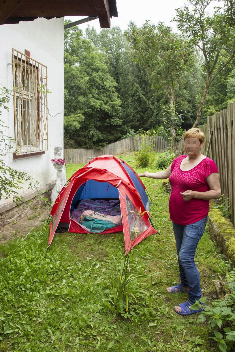 Elżbieta Budzyńska przez chwilę po wyjściu z więzienia nocowała w namiocie przed domem Villas /Tomasz Gola /East News