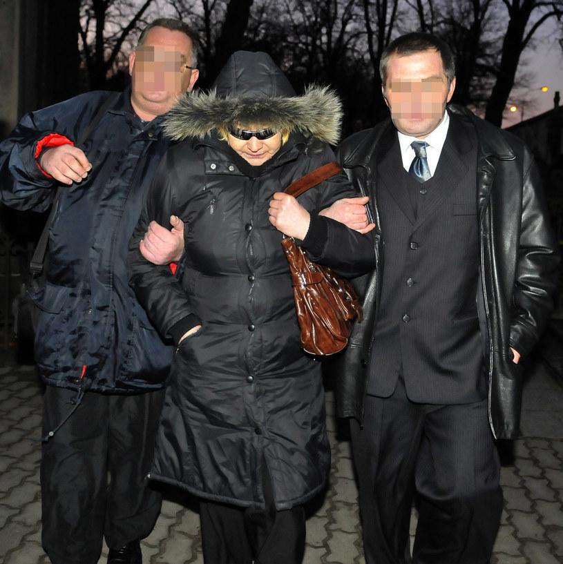 Elżbieta Budzyńska z fanami Violetty Villas na cmentarzu /Piotr Kamionka /Reporter