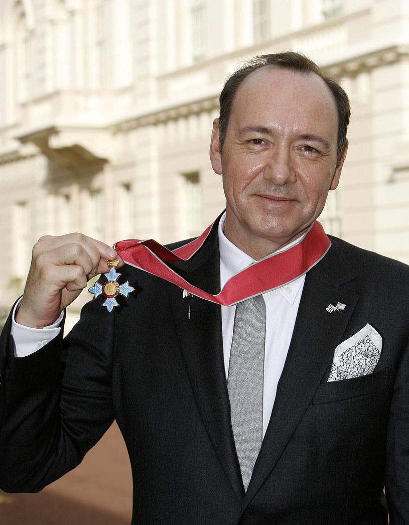 Elżbieta II doceniła aktora za wkład w rozwój brytyjskiego teatru. Kevin został nawet odznaczony Orderem Imperium Brytyjskiego /Getty Images/Flash Press Media