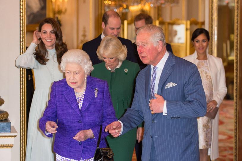 Elżbieta II, książę Karol, księżna Kate, księżna Kamlia, księżna Meghan, książę  William oraz książę Harry /Getty Images