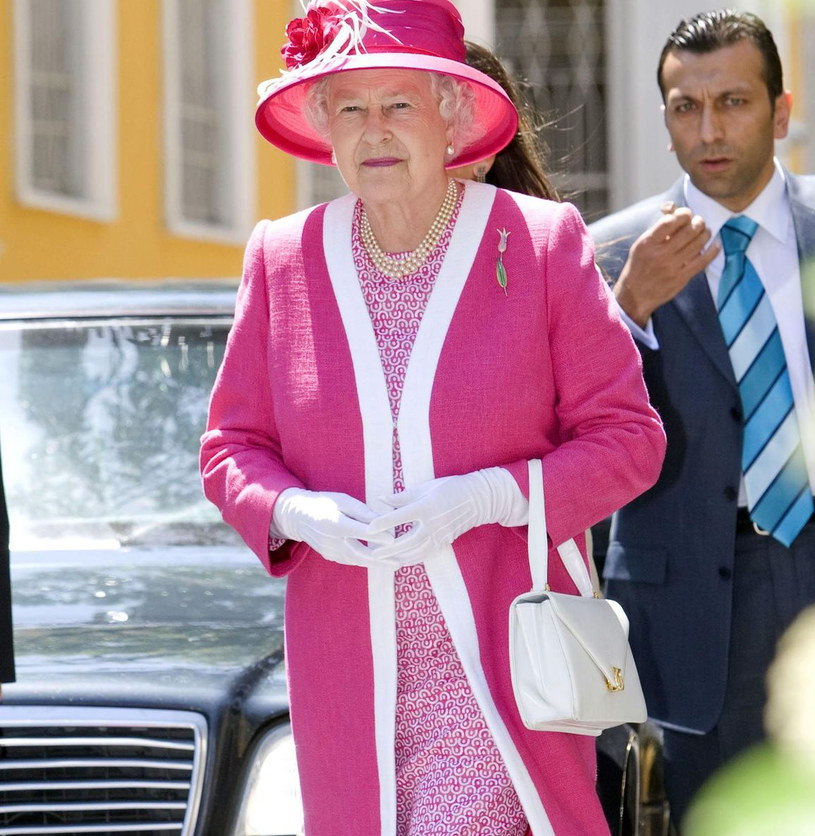 Elżbieta II może tymczasem szczęśliwie podróżować za granicę bez potrzeby legitymowania się bordową książeczką /East News