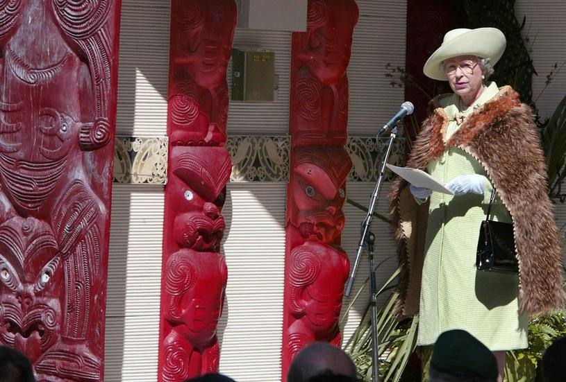 Elżbieta II podczas wizyty w Nowej Zelandii w 2002 r. w tradycyjnym płaszczu z kiwi /AFP