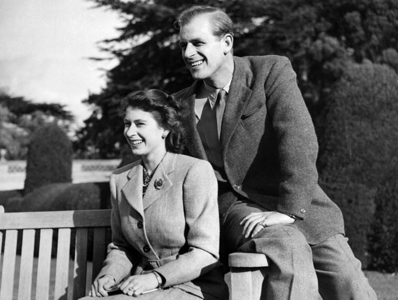 Elżbieta II razem z Filipem podczas jednego z pierwszych wspólnych spacerów. /AFP /East News