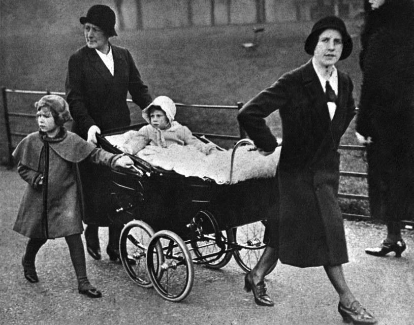 Elżbieta II wraz z młodszą siostrą Małgorzatą na spacerze z nianiami /AFP