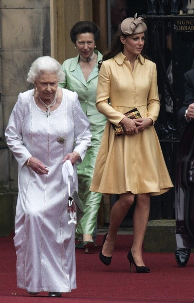 Elżbieta II z księżną Kate /- /East News