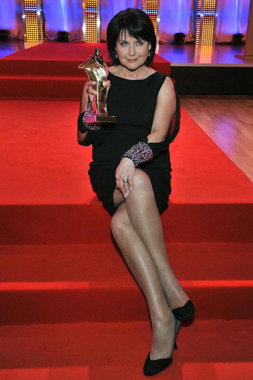 Elżbieta Jaworowicz prezentuje nogi i statuetkę Super Wiktora /AKPA