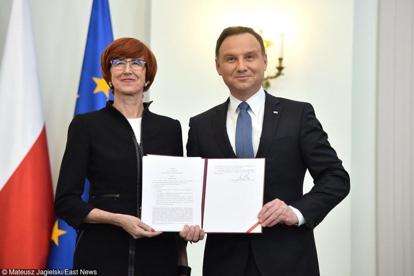 Elżbieta Rafalska i Andrzej Duda z ustawą 500+ /Mateusz Jagielski /East News